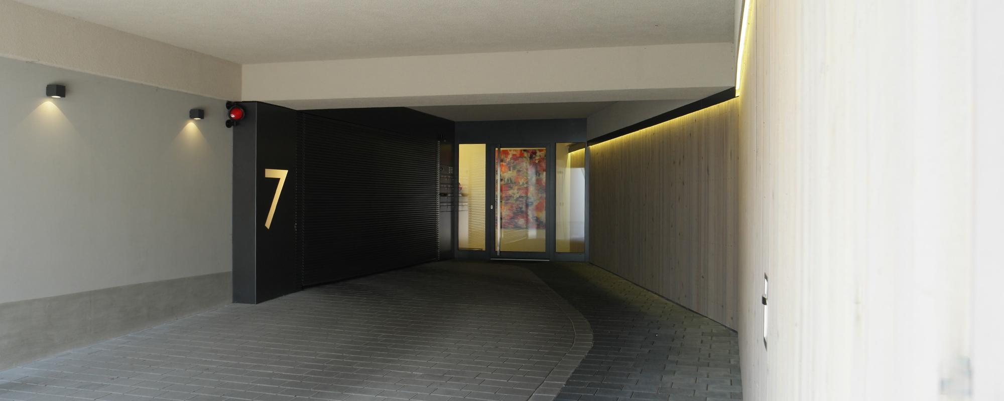 Referenz PlanQuadrat | Eingang des exklusiven Mehrfamilienhauses in Im Haldenau, Stuttgart